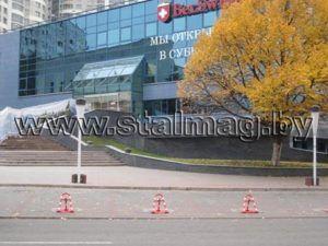 Белсвиссбанк. Парковочные барьеры, окрашенные в корпоративные цвета 19