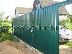 Забор из сетки рабицы на металлических столбах в частный дом 5