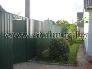 Забор из сетки рабицы на металлических столбах в частный дом 6