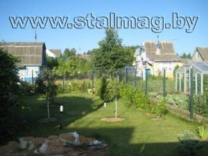 Забор из сетки рабицы на металлических столбах в частный дом 7